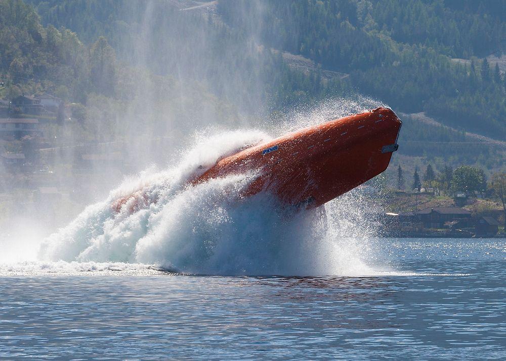 Opp igjen: Harding-livbåten FF1200 skyter ut av vannet etter rekordhoppet fra 65 meters høyde i fjor.