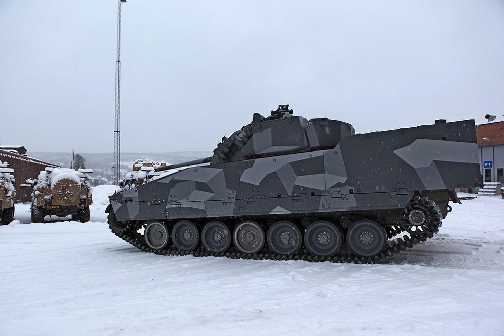 De nye CV90 stormpanservognene som Norge skal ta i bruk om halvannet år blir utstyrt med gummibelter slik som på denne testvogna hos produsenten, BAE Systems Hägglunds.