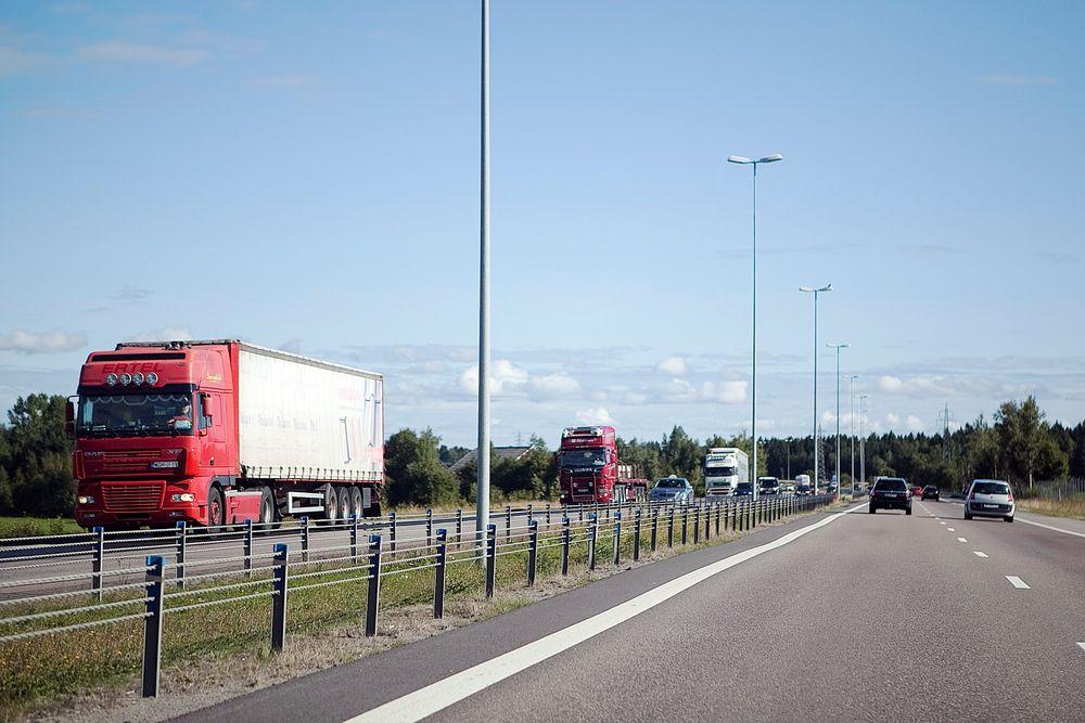 Fartsskriveren skal selv kunne kommunisere uregelmessigheter og indikasjoner på overtredelser til kontrollmyndighetenes kontrollutstyr langs veien.