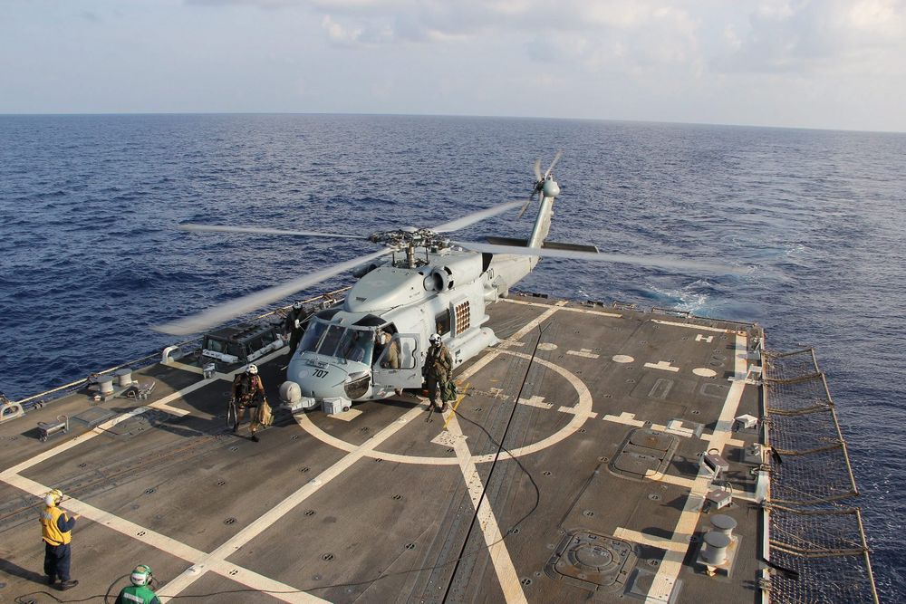 Et amerikansk MH-60R Seahawk-helikopter på dekket på destroyeren USS Pinckney. Helikopteret er ett av rundt 30 fly som deltar i søket etter MH370.
