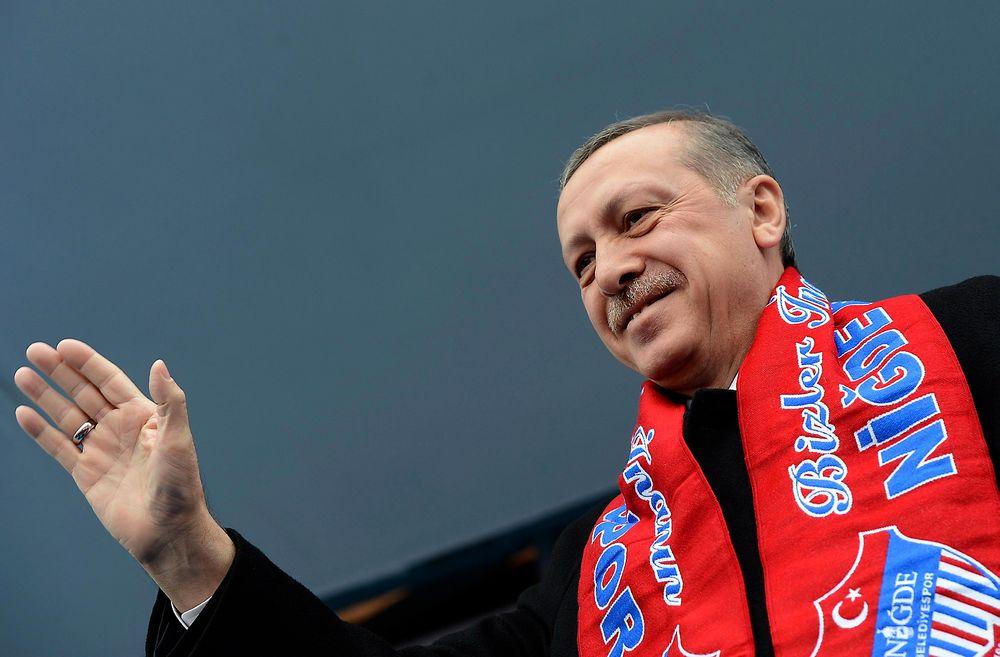 Tyrkias statsminister Tayyip Erdogan deltar her på et valgmøte i forkant av lokalvalget 30. mars. Han mener at politiske motstandere har brukt sosiale medier til å legge ut fabrikkerte telefonsamtaler mellom ham og hans sønn.