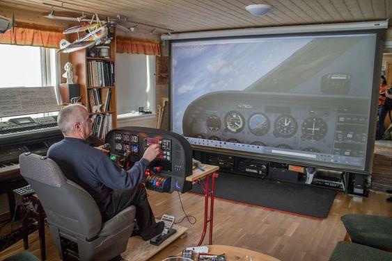 Flyentusiast i isødet: Svein Nordal elsker og fly og har til og med bygget sitt eget. Nå flyr han på bakken i en imponerende simulator som han har bygget i hytta utenfor Longyearbyen.