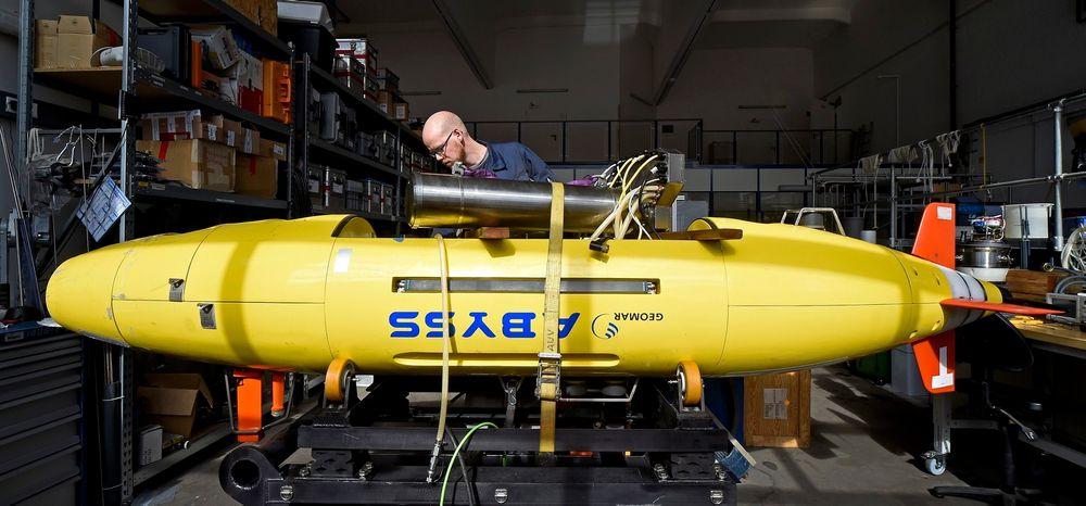 Elektroingeniør Lars Triebe inspiserer AUV-en Abyss ved Heimholtz-instituttet i Kiel.