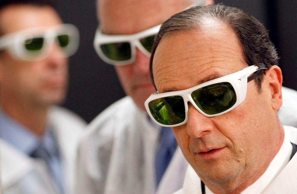 TEKNO-PRESIDENT: Frankrikes president Francois Hollande ser ut som om han er hentet ut fra en sci fi-film når han besøker teknologiselskapet Amplitude Systemes i Pessac nær Bordeaux. Selskapet jobber blant annet med laserteknologi, og er prisbelønt for sin uredde innovasjon. Presidenten måtte bruke beskyttelsesbriller for å kunne ta produksjonen i nært øyesyn. FOTO: REUTERS