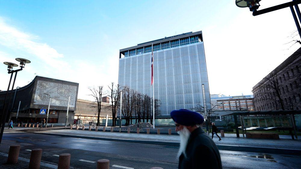 Flertallet av dem som skal gi sin mening til kommunalminister Jan Tore Sanner i dag ønsker å la Høyblokka i regjeringskvartalet stå, ifølge en ringerunde Dagbladet har gjort.