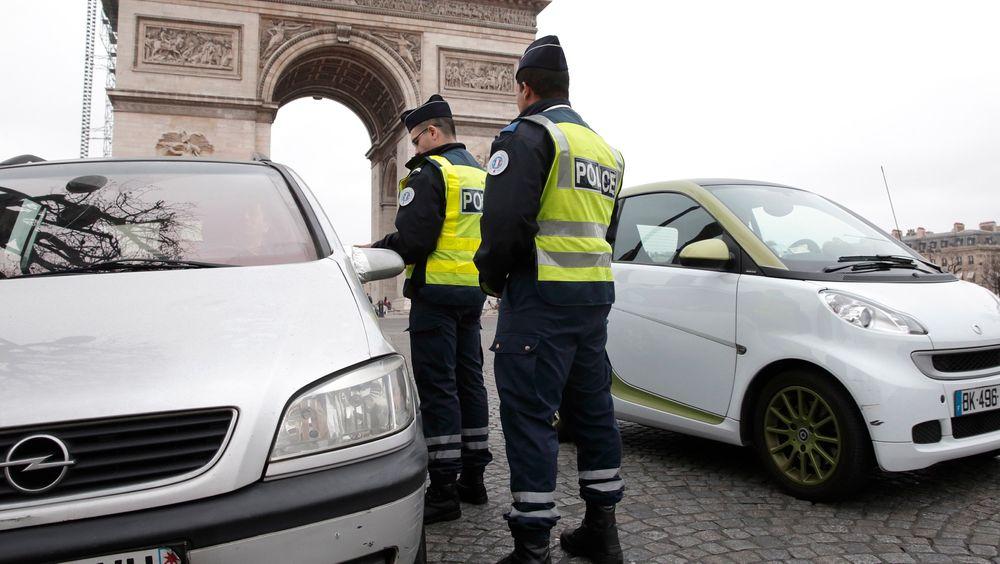 Triumfbuen var ett av trafikknutepunktene i Paris hvor politiet mandag stoppet biler med nummerskilt som slutter på partall.