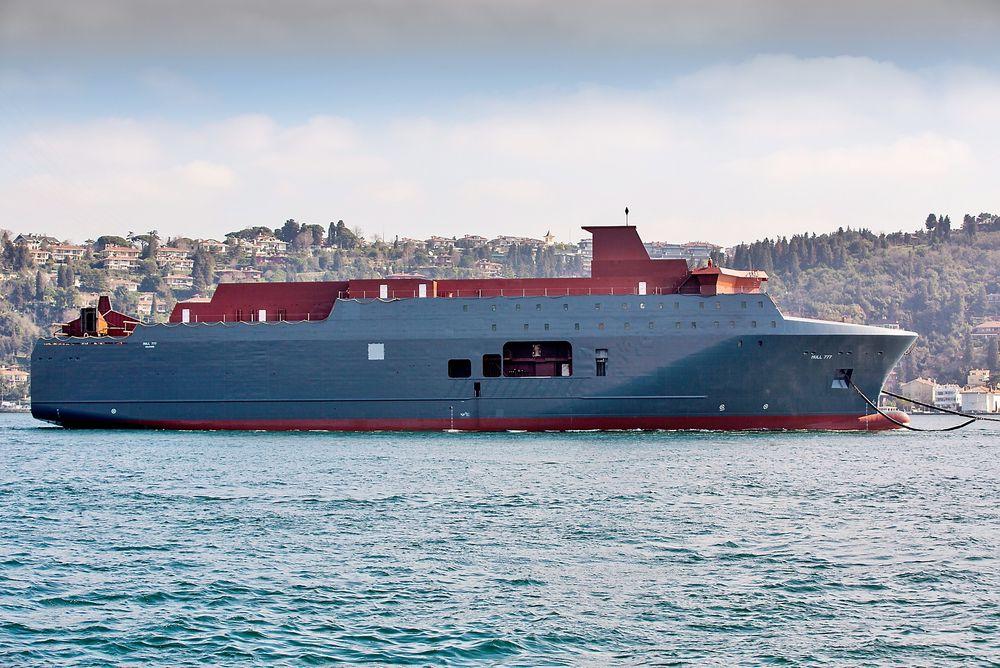 Etterretningstjenestens nye overvåkingsfartøy Marjata under slep gjennom Bosporosstredet i Istanbul, på vei fra Romania til verftet Vard Langsten i Møre og Romsdal, dit det ankom søndag.