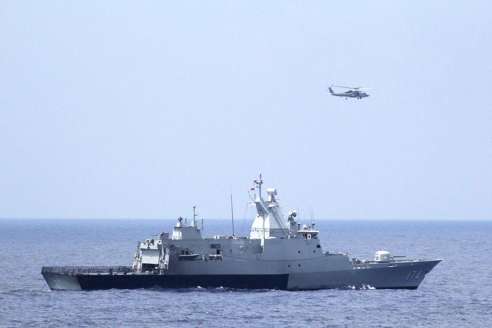 Et skip fra den malaysiske marinen og et amerikansk helikopter søker etter det savnede flyet.