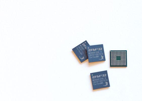 Her ser du en av mikrokontrollerne fra Silicon Labs. De er bare omtrent 7x7 millimeter i størrelse.