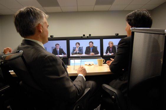 MANGE TIL MANGE: Tradisjonell videokonferanse er gjerne basert på en stor skjerm med et kamera på toppen og et høyttalende lydsystem. Etter hvert som større bitrate har blitt tilgjenglig og kodeteknikken har utviklet seg, har såkalt telepresence blitt populært. Skikkelig telepresence krever dedikerte møterom hvor møtedeltakerne sitter på den ene siden og ser inn i store monitorer på den andre siden. Hver monitor viser bildet fra et eget kamera i det andre møterommet. Deltakerne kommer til syne i naturlig størrelse, og kameraene er satt opp slik at blikkontakten skal bli best mulig. Mikrofoner og høyttalere er satt opp slik at lyden kommer fra den personen i det andre møterommet som snakker. Jo bedre bilder desto mer realistisk blir møteopplevelsen.