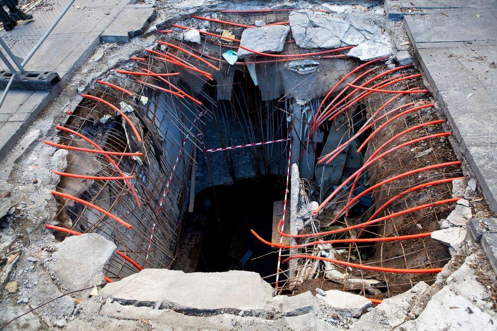 Nasjonal Sikkerhetsmyndighet vil ha norsk byggenæring på kurs om sikkerhet. Etter bombeangrepet på regjeringen har oppmerksomheten økt, men den er fortsatt for lav, mener NSM. Bildet viser krateret utenfor Høyblokka.