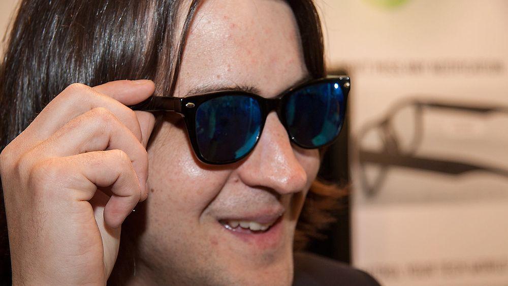 Smarte briller, men ikke smartbriller. Weon Glasses kan fortelle deg når det skjer noe nytt på telefonen, og kan for eksempel styre musikken på mobilen.