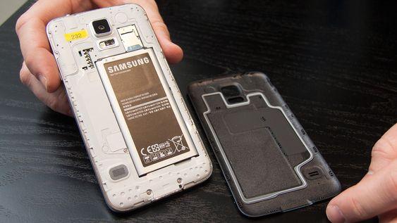 Pakningen på innsiden av bakdekselet sørger for at Samsung Galaxy S5 er vanntett.