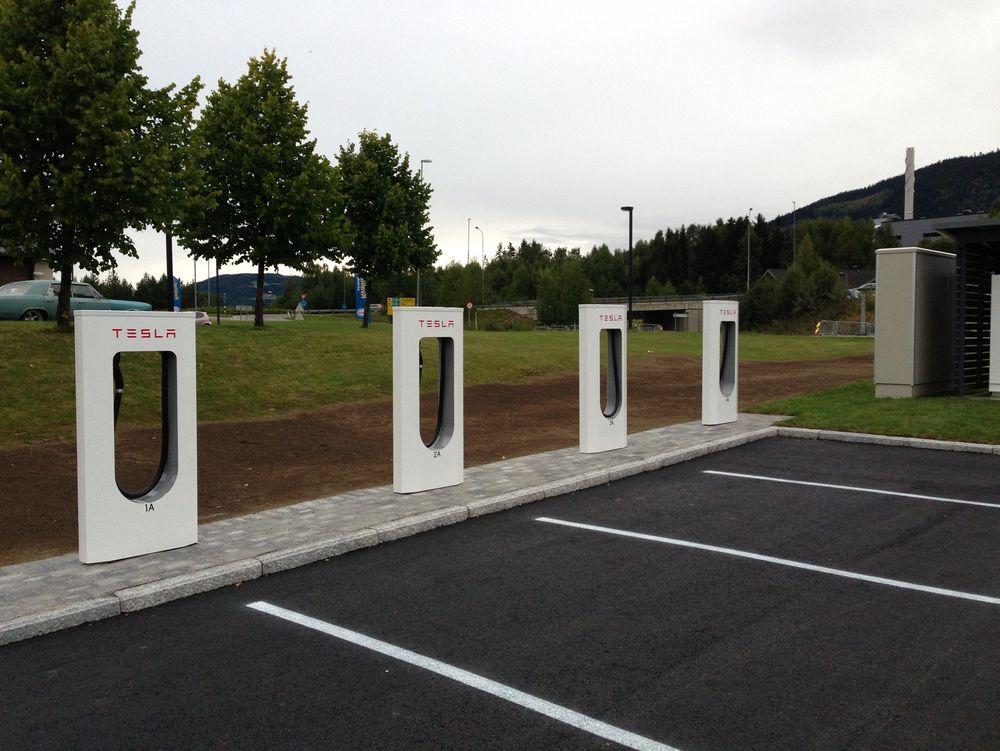 Tesla planlegger å bygge ut et nett med slike hurtigladere i Kina. Her er selskapets hurtigladere ved Lillehammer.