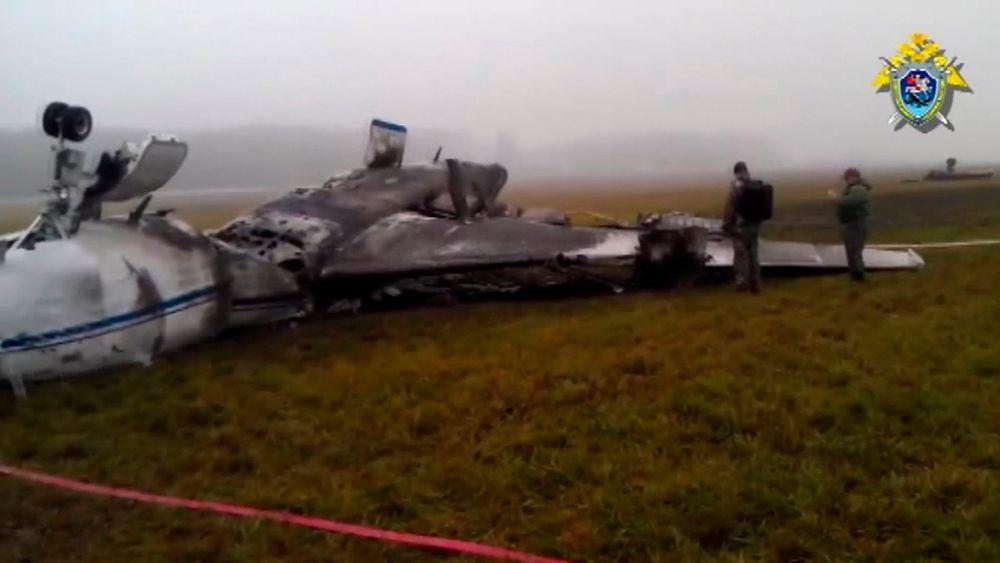 Etterforskere ved vraket av Total-sjefens fly ved Vnukovo-flyplassen i Moskva. Flyplassledelsen trakk seg torsdag etter at den mektige russiske Etterforskningskomiteen hadde beskyldt tjenestemenn ved flyplassen for «kriminell uaktsomhet».