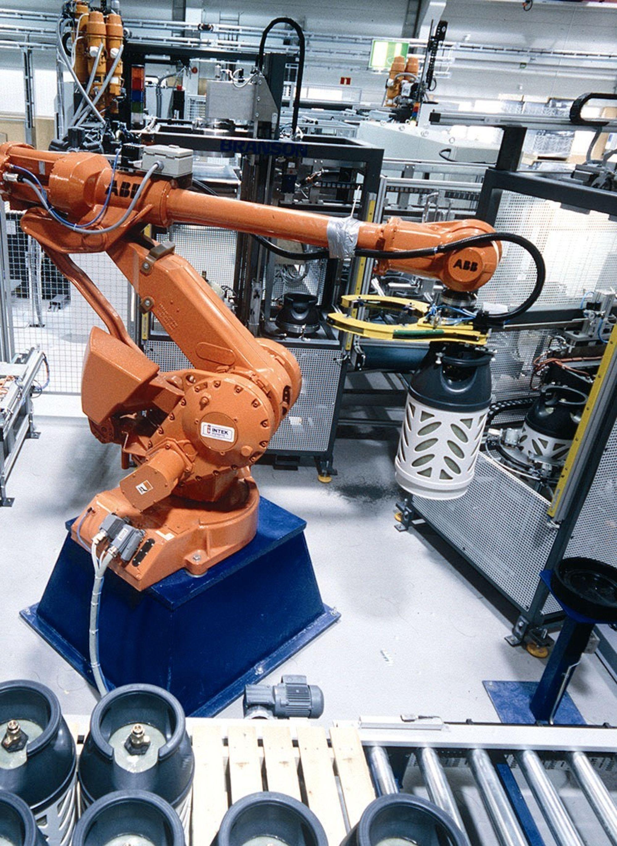 Produksjonen av propanbeholdere ved Hexagon Composites på Raufoss går så det gviner. Årsproduksjonen for 2004 antas å bli om lag 200 000 komposittbeholdere for propan. Av dette utgjør ti kilos beholdere om lag 80 prosent og fem kilos beholdere resten.