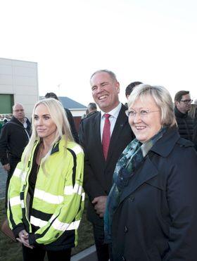 Dåp og åpning: Cecilie Fredriksen fikk æren av å døpe den ene LNG-dreven fôrbåten. Her sammen med styreleder i Marine Harvest, Ole Eirik Lerøy, og fiskeriminister Elisabeth Aspaker.