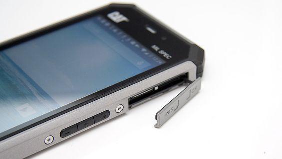 Lukene på siden har en tendens til å åpne seg om telefonen går i bakken. Da er den ikke lenger vanntett.