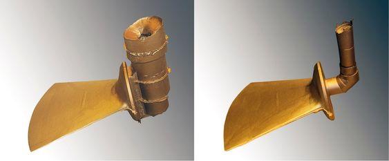 """På begge bildene er et propellblad på 155 kilo nettopp støpt ut. Den størknede sylinderen til høyre på bildene, er gjenværende metall i """"matere"""". Disse har tilført propellbladet ekstra smelte fordi støpegods krymper ved størkning. Dagens mater (til venstre) har 164 kilo ubrukt metall. Den nye materen (til høyre) har bare åtte kilo ubrukt metall. Under dette forsøket sparte den nye teknologien dermed Oshaug Metall for smelting av 156 kilo ekstra-metall."""