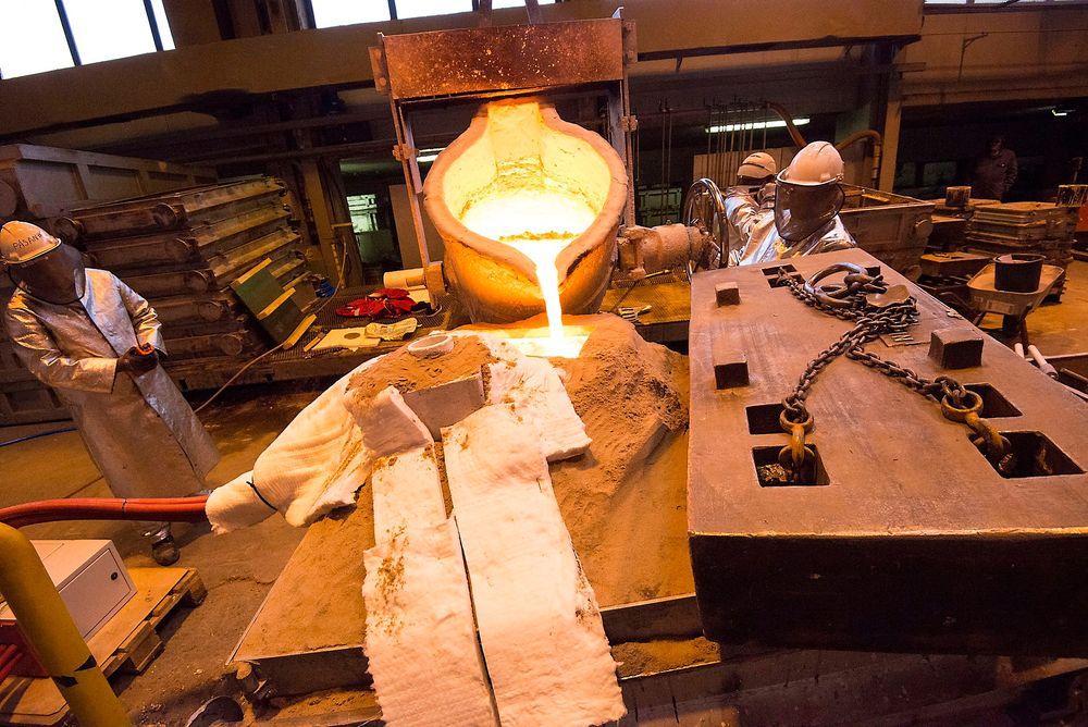 Ny teknologi halverer nesten den metallmengden som må smeltes når propellblader blir til. Her prøves den ut for første gang i industriskala hos Oshaug Metall i Molde.
