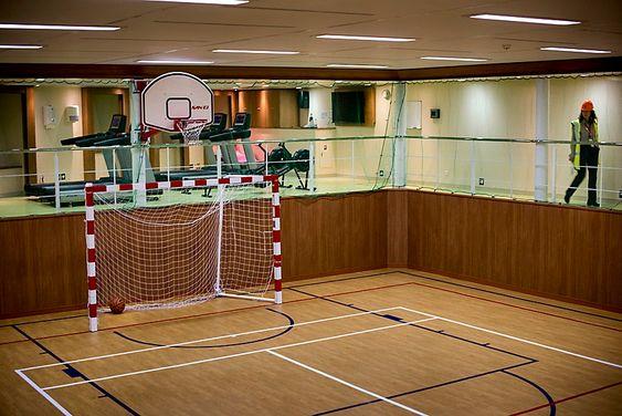 Ballhall: Om ikke arbeidsdagen er svett nok, kan de 60-80 om bord spille fotball, håndball, basket eller hva det måtte i fritiden.