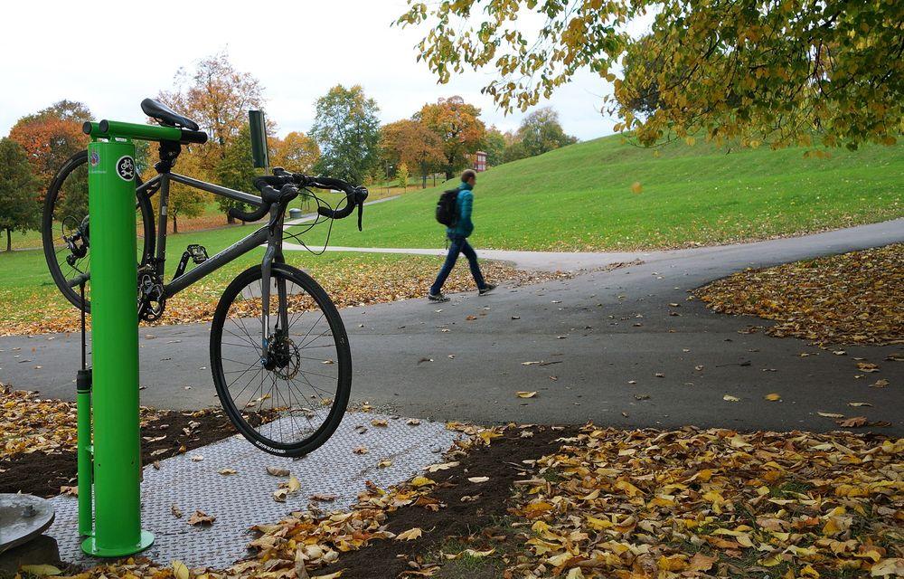 Oslo kommunes nye, permanente sykkelpleier står på Caltex-løkka i Tøyenparken.