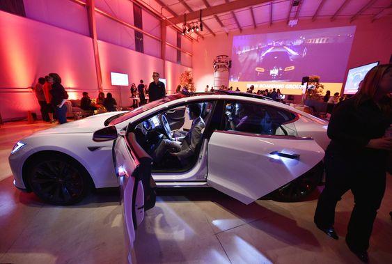Tesla-sjef Elon Musk avduket den oppgraderte Model S i Hawthorne, California torsdag lokal tid. Den nye versjonen utstyres med en ekstra elmotor på forakslingen.