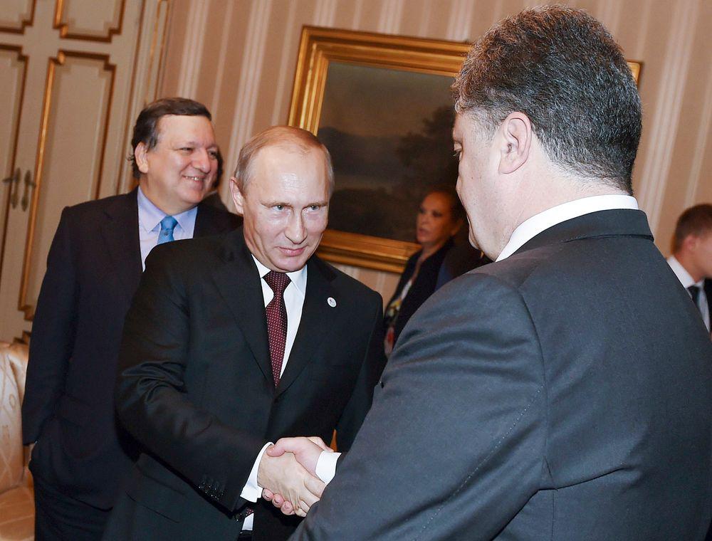 Vladimir Putin og Petro Porosjenko møttes fredag i den italienske byen Milano i forbindelse med toppmøtet mellom asiatiske og europeiske land (ASEM). Bildet viser de to statslederne før møtet fredag morgen.