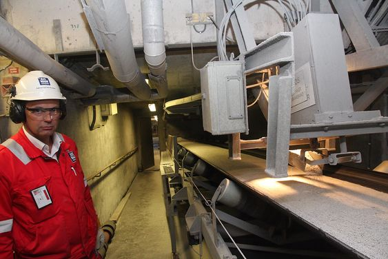 Kvalitet: Fabrikksjef Per Knudsen ved transportbåndet under fabrikk 4. Her sjekkes størrelsen på fullgjødselkorn (priller) før de ferdigbehandles og eksporteres som granulat.