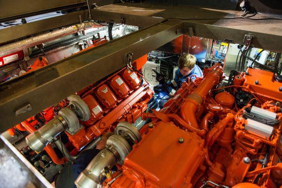 Motorinnstallasjon på Ramsund tekniske verksted. Til våren skal alle seks stridsbåtene være ferdig oppgradert.
