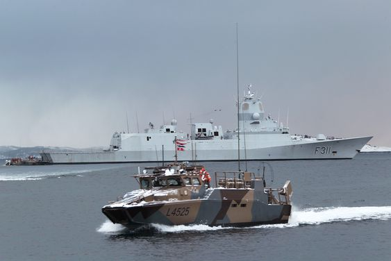 Både Stridsbåt 90 og fregattene i Fridtjof Nansen-klassen er i ferd med å utrustes med Sea Protector.Fregatten i bakgrunnen er Roald Amundsen og bildet ble tatt i under Cold Response-øvelsen i 2012.