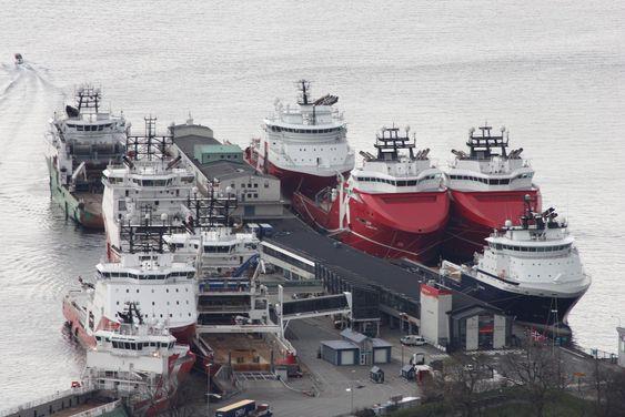 Skoltekaien: En vanlig situasjon i Bergen: Mange offshoreskip til kai. Alle bruker dieseldrevne generatorer til strømproduksjon. De bidrar til 35 % av de helseskadelige NOx-utslippene fra havna. Nå settes det opp ett landstrømpunkt som kan forsyne ett skip til venstre på kaia.