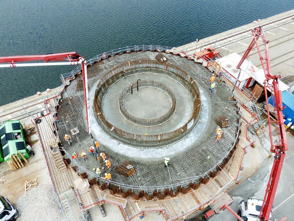 Start: Her har de startet byggingen av havvindfundamentet til norske Seatower. Platen har en diameter på litt over 23 meter, og er her mer enn en meter høy. Den ferdige konstruksjonen vil være 100 meter høy og veie 1800 tonn, inkludert meteorologi-mast og ballastvann.