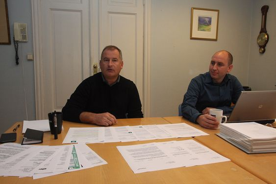 Dokumenter: Daglig elder Jan Rørvik Johnsen og HMS og kvalitetssjef Erik Røyeng i Oleon har samlet en anselig bunke dokumentasjon for å vise at de aldri har hatt intensjon om å lagre farlig avfall.