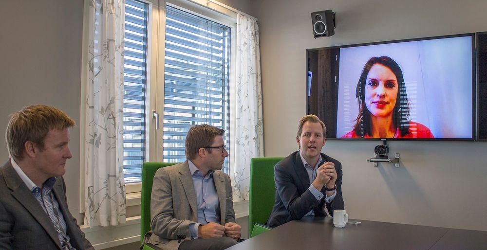 Fryd og gammen i videomøtebransjen: Selv konkurrentene er enige i at norske Acano har gjort en god jobb med å få videomøter til å fungere på tvers av gamle tekniske barriærer. Fra venstre; teamleder for samordnet kommunikasjon i Atea Øyvind Rusten,  senior direktør i Cisco Jacob Nordan, sjefen for Acano, Odd Jonny Winge og på video fra Lync via Acano til Ateas Cisco-baserte videomøterom, direktør for Office-divisjonen i Microsoft Anna Olsson.
