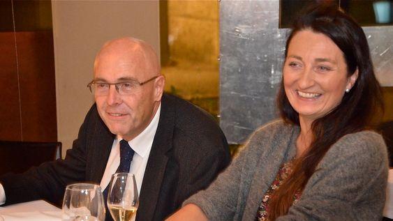 May-Britt Moser sier hun måtte ha nobelprisen skriftlig og lest opp av dekan Stig Slørdahl (t.v.) før hun trodde på det.