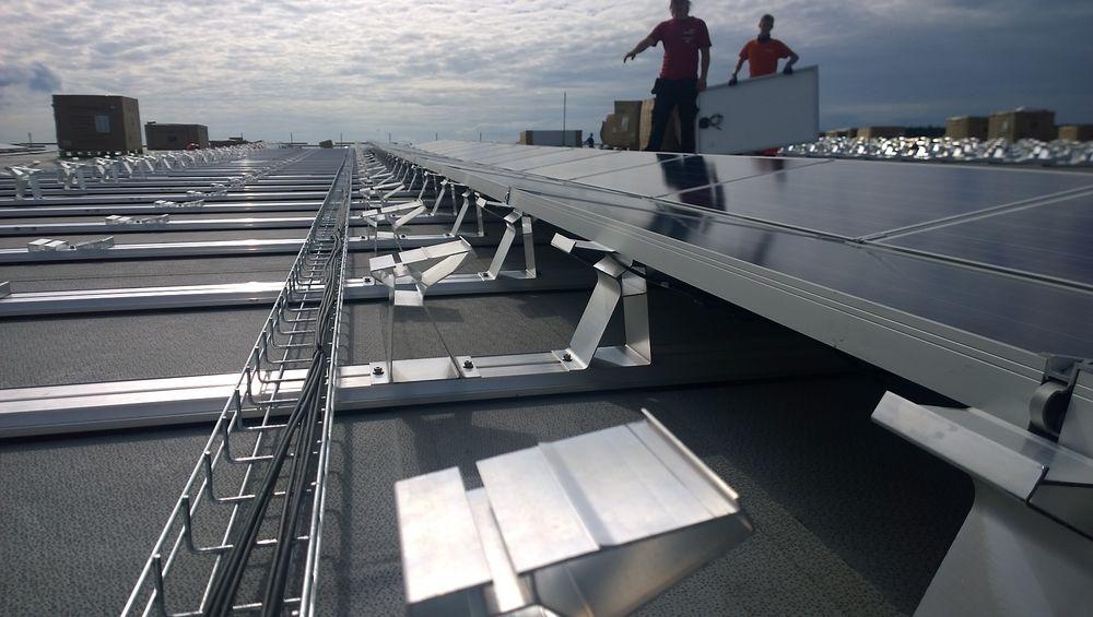 Asko planlegger flere nye solcelletak på sine lagerbygg etter at Stortingsflertallet med Venstre i spissen nå slår fast at plusskundene likevel skal få elsertifikater.