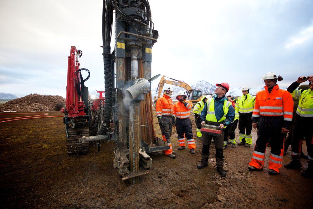 Kommunal- og moderniseringsminister Jan Tore Sanner (H) legger grunnsteinen på tomten til Kartverkets nye geodetiske observatorium på Svalbard.