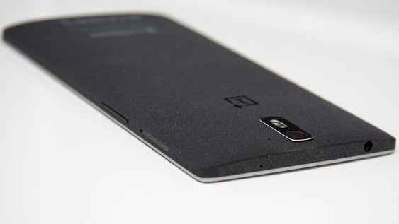 Bakdekselet på 64 GB-varianten er dekket med et filtlignende materiale.