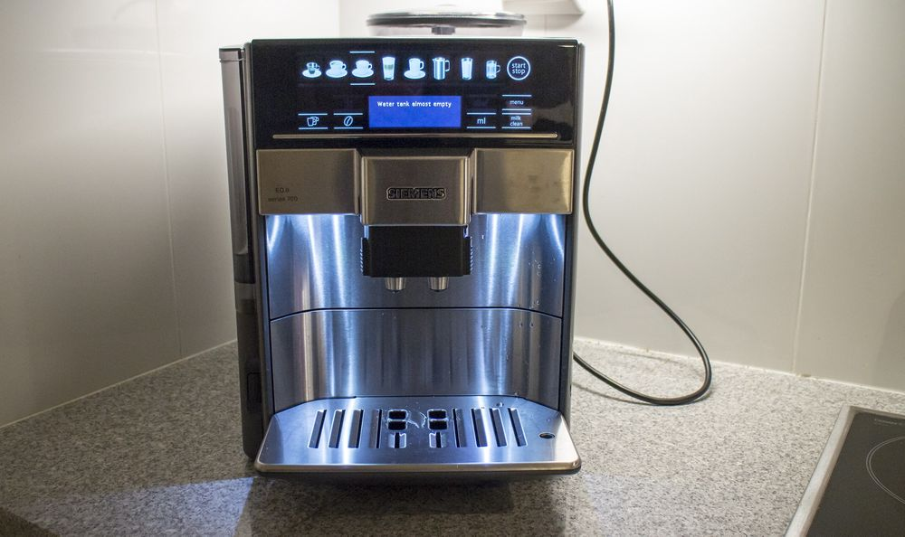 Blålys: I rustfritt stål og sort, oplyst av blåaktige lysdioder, tar EQ.6 series 700 seg gordt ut på kjøkkenet.