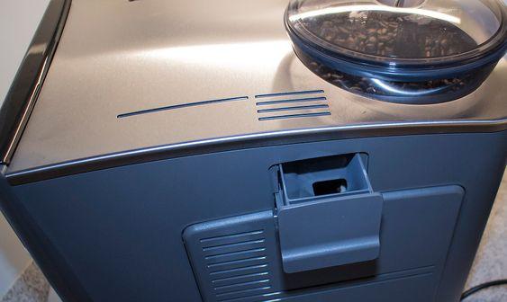 """Også for kaffe: Har du ikke bønner kan du trekke ut en liten """"bakdør"""" og mate maskinen med vanlig traktekaffe."""
