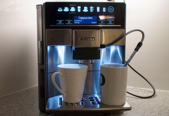 Melkemaskin: Det er svært enkelt å lage Cappuccino og andre kaffedrikker med melk. Dispenseren har en inngang for en melkeslange som suger melk opp fra en kopp. Best av alt er at systemet renses for melkerester så enkelt.