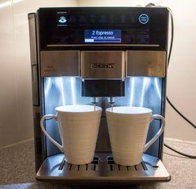 Kaffe for to: Dispenser har to utløp og du kan bistille dobbel dose for å få nok i begge koppene. Skal du ha mye går prosessen to ganger automatisk.