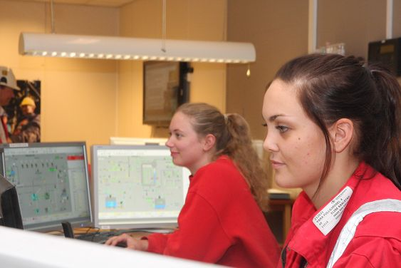 Oversikt: Her har prosessoperatørene Linn-Cecile Hasseleid og Elise Kaalstad kontroll over produksjonen av fullgjødsel ved fabrikk 4 på Yara Porsgrunn.
