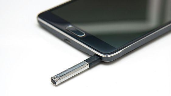 Pennen er skjult i en «silo» i telefonen.