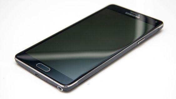 Samsung har kvittet seg med det tunge plastpreget fra eldre smarttelefoner.