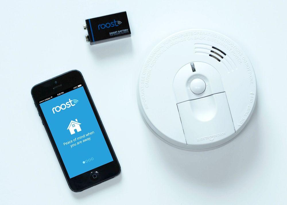Oppstarsbedriften Roost kommer snart med et batteri med en egen wifi-enhet. Med en app på telefonen kan du varsles når røykvarsleren går.