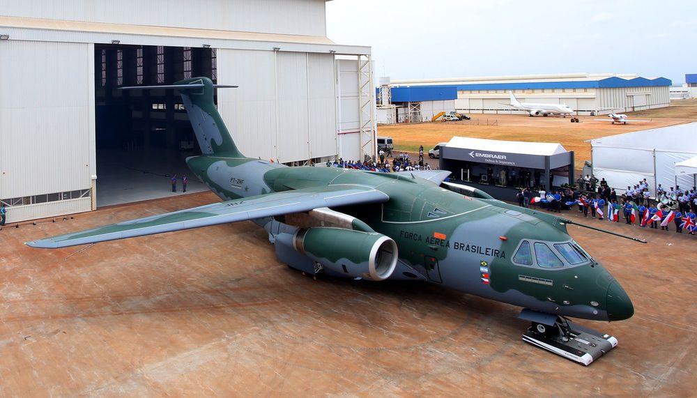 Her er den første KC-390-prototypen som ble rullet ut av hangaren første gang tirsdag.