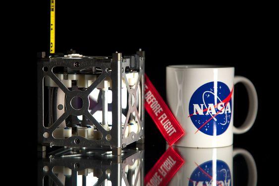 """NASA's PhoneSat-prosjekt vant Popular Science sin innovasjonspris """"Best of What's New Award"""" i 2012. Satellittprosjektet skal hovedsaklig demonstrere og opparbeide en evne til å ta i bruk hyllevare-elektronikk for å enkelt kunne bygge satellitter til en lav pris. Satellittkjernen består av en helt vanlig smarttelefon."""