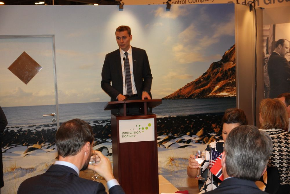 Olje- og energiminister Ola Borten Moe holdt tale under åpningen av den norske paviljongen.